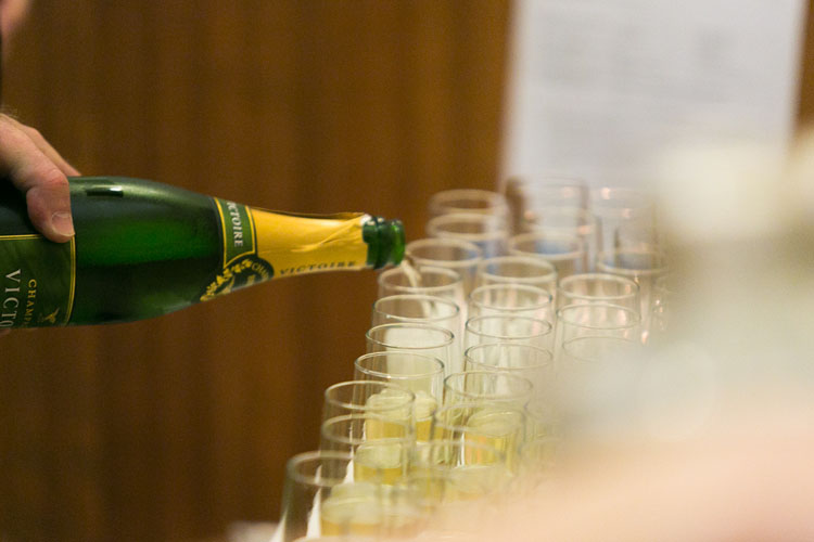 champagne glasses for wedding toasts