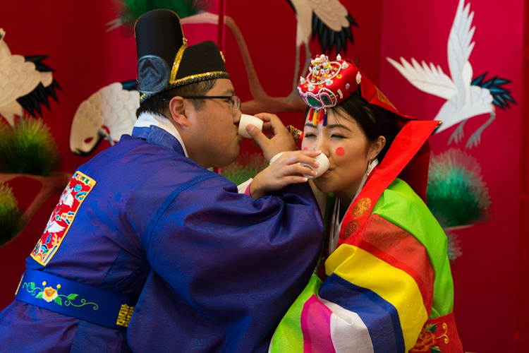 korean bride and groom drinking tea
